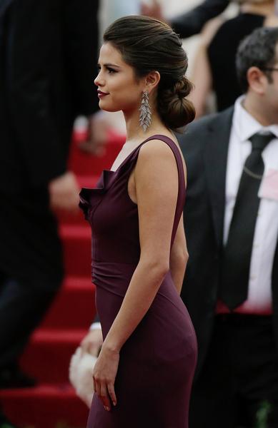 """2014年5月5日,赛琳娜•戈麦斯出席纽约大都会博物馆时装学院""""查尔斯•詹姆斯:超越时尚""""慈善晚宴。(John Lamparski/Getty Images)"""
