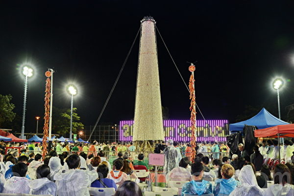 抢包山比赛用的包山约14米高,直径约3米,外围用竹枝覆盖,再贴上约9千个人造包子。(宋祥龙/大纪元)