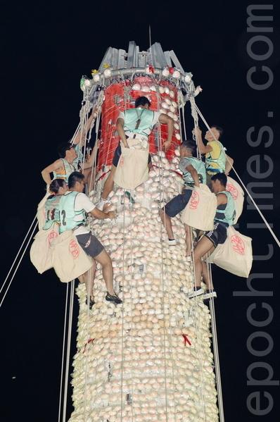 长洲太平清醮压轴的抢包山比赛则在凌晨零时举行,由选拔出的9男3女选手,争夺包山王及包山后的宝座。按照传统说法,取得越多和越高的包子,福气就越多。(宋祥龙/大纪元)