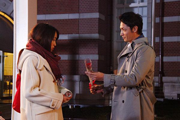 玉木宏睽违浪漫类型多年出演《爱在初相遇》由六个隽永的爱恋故事交织而成。(可乐电影提供)
