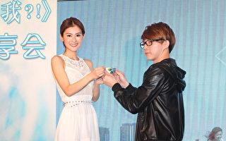 """夏米雅(左)奉上""""谢师茶""""感谢制作人黄雨勋。(上势娱乐提供)"""