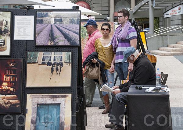 旧金山联合广场上的艺术品吸引了来自世界各地的游客。(屈婧/大纪元)