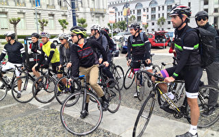 5月8日在旧金山市府前众多单车族庆祝骑车上班日。(大纪元)