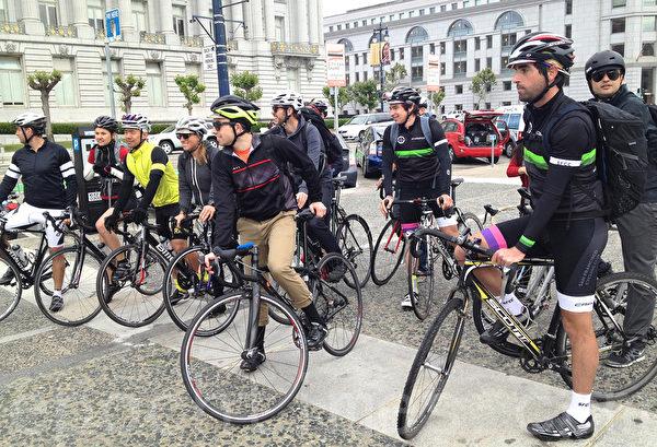 5月8日在舊金山市府前眾多單車族慶祝騎車上班日。(大紀元)