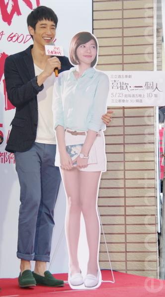 接檔戲《喜歡.一個人》劉以豪(左)帶著郭雪芙人形立牌至現場交接。(黃宗茂/大紀元)