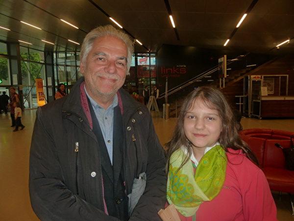 心理理療醫師Hans Kanitschar和孫女Rafaela一同觀看了2014年5月11日美國神韻世界藝術團在維也納的演出。(文婧/大紀元)