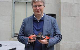 Parrot今天發表Bebop無人飛機,它是一種高品質的飛行攝影機,將在今年最後3個月上市。圖為Parrot公司負責人塞都。(GLENN CHAPMAN/AFP)