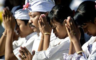印尼是多元宗教信仰的国家。图为峇里岛印度教信徒在JAGAT Natha寺庙祈祷。(SONNY TUMBELAKA/AFP)
