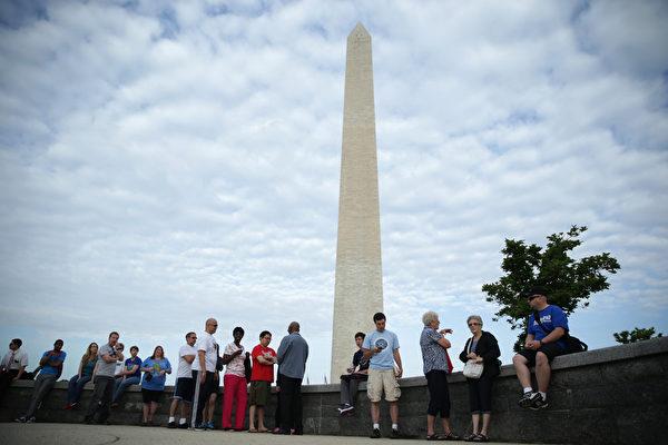2011年地震受損的華府地標華盛頓紀念碑,12日重新開放。(Alex Wong/Getty Images)