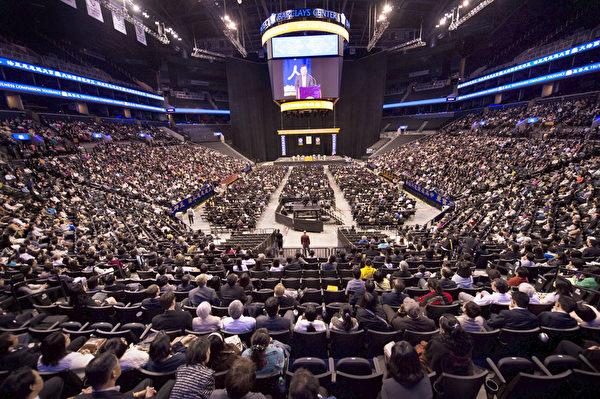 """2014年5月13日,来自世界各地的部分法轮功学员八千人在美国纽约巴克莱中心(Barclays Center)举行修炼心得交流会暨庆祝""""世界法轮大法日""""。(戴兵/大纪元)"""