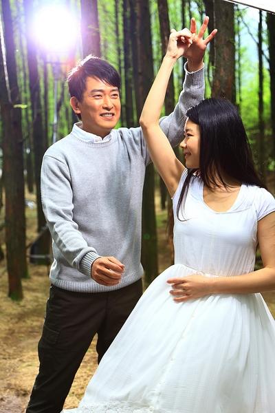 王识贤拍摄《感谢你爱我》MV,与女主角在树林中漫舞。(华纳提供)