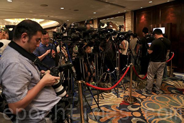 騰訊召開股東大會,現場吸引大批傳媒採訪。(余鋼/大紀元)