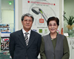 韓國「阿里郎離子公司」(ARIRANGLON)的代表理事許聖烈(Huh Seong-yeol)發明的阿里郎離子水淋浴器獲韓國三項專利和「2012大韓民國文化經營大獎」。左:為「阿里郎離子公司」代表理事許聖烈;右:許聖烈的太太、「阿里郎離子公司」的代表金信子。(全宇/大紀元)