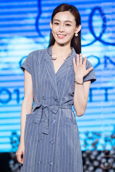 歌手范玮琪(范范)5月16日在台北出席代言活动,被问到好友吴佩慈男友纪晓波劈腿一事,她表示当然希望姊妹幸福,也曾安慰佩慈。(陈柏州/大纪元)