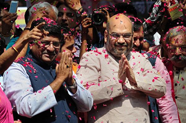 印度人民黨(BJP)領袖Amit Shah(右)和Ravi Shankar Prasad(左)向支持者致意,慶祝勝利。(ROBERTO SCHMIDT / AFP)