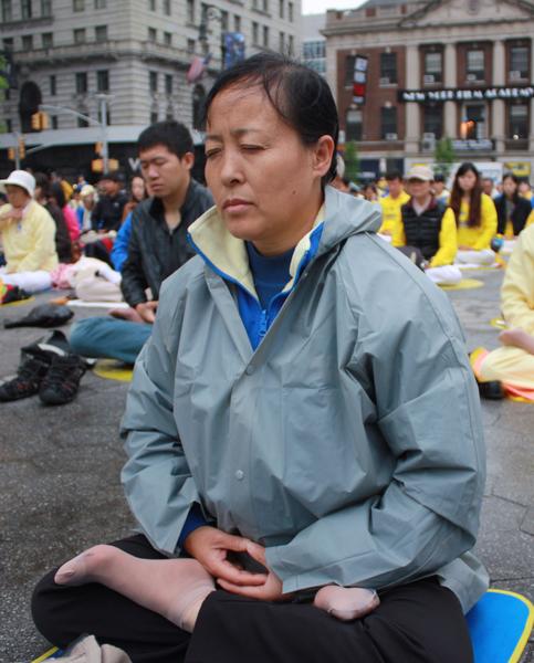 來自澳洲的法輪功學員小玉正在聯合廣場參加集體煉功。(駱亞/大紀元)