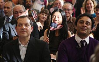 2014年4月9日,15名來自13個國家的新移民,在位於紐約華埠旁的「租戶博物館」舉行了入籍宣誓儀式。 (大紀元)