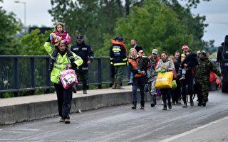 波士尼亚和塞尔维亚暴雨,各地引发洪患。图为5月17日,救援人员疏散塞尔维亚Obrenovac镇灾民。 (ANDREJ ISAKOVIC/AFP/Getty Images)