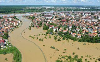 塞尔维亚和波斯尼亚暴雨,引发100多年来最严重水患。 图为5月18日,鸟瞰塞尔维亚波斯尼亚镇布尔奇科附近的灾情。(ELVIS BARUKCIC/AFP/Getty Images)