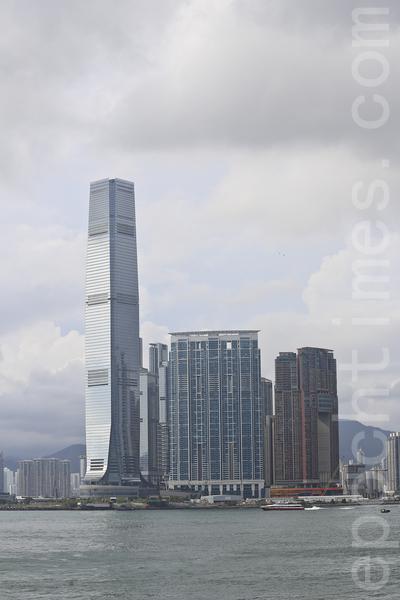香港德意志银行位于九龙站上的环球贸易广场(左边最高大厦)。(余钢/大纪元)