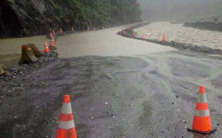 近日大雨不斷,造成高雄市桃源區台20線溪底便道被沖 毀,農路便道也斷,梅山里撤離20人到避難中心。 (桃源區公所提供)