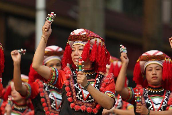 傣族是云南少数民族之一,在欢庆傣族新年。(图/Getty Images)