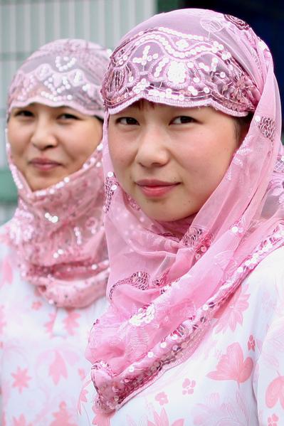 回族青年男女结婚一般都选择星期五,因为这一天被认为是吉日。图为两个回族女子。(图/Getty Images)