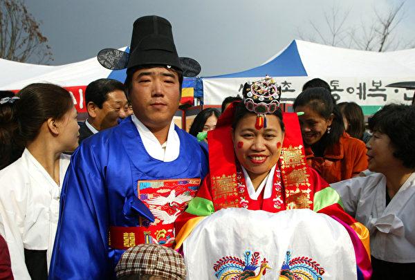 朝鲜族一对新人在举行婚礼。(图/Getty Images)