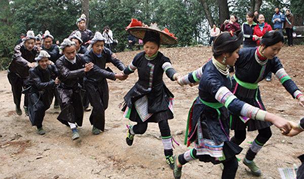"""湘西苗族地区有半路""""抓走""""新娘的习俗。(图/Getty Images)"""