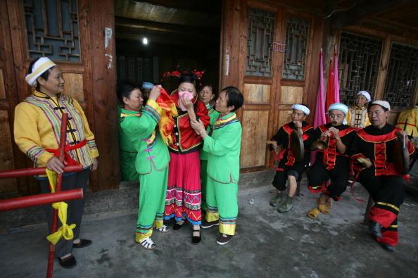 土族婚嫁,多在每年正月举行。图为一名土族新娘上花娇。(图/Getty Images)