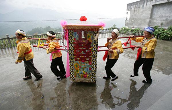 土族婚嫁,多在每年正月举行。图为一名土族男子迎娶新娘。(图/Getty Images)
