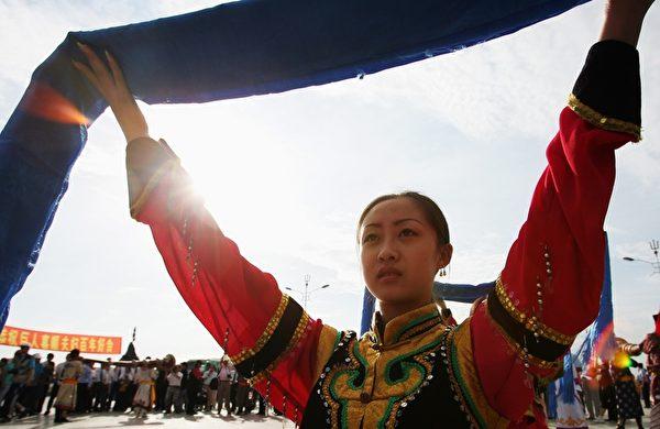 蒙古族凡遇喜庆事,迎送宾客均献哈达表示庆祝或敬意。(图/Getty Images)