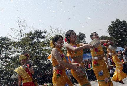 傣族青年男女谈恋爱时,一般都在泼水节、赛龙船、赶摆等时节进行,他们载歌载舞,从傍晚开始,直至深夜结束。图为傣族的泼水节。(图/Getty Images)