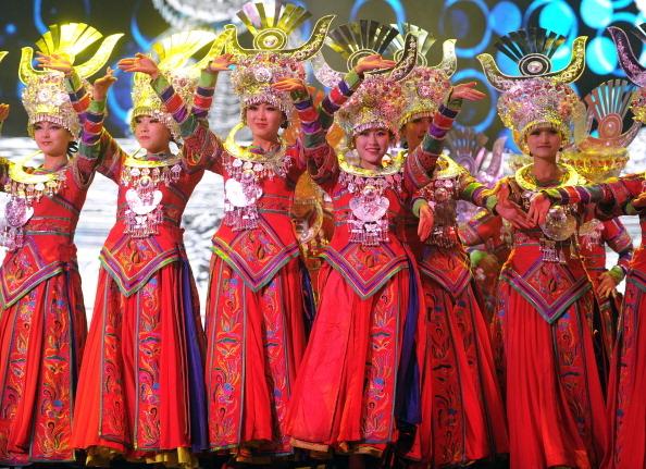 彝族男女青年主要通过火把节、婚嫁丧事和一些传统的聚会进行交际。图为几位彝族女子。(图/Getty Images)