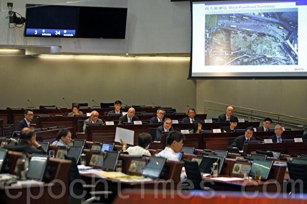 政府及港铁高层再到立会铁路事宜小组委员会解释高铁延误,被议员质疑。 (潘在殊/大纪元)