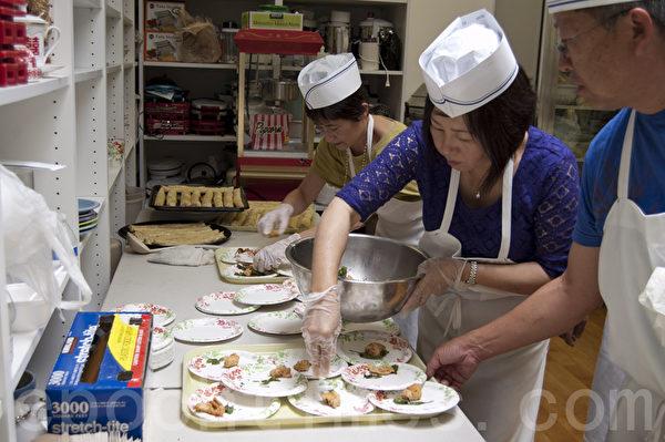 圖:台灣僑務委員會主辦的「2014年美西地區臺灣美食廚藝巡迴講座」5月17日和18日在加州聖地牙哥華人中心舉行了兩場示範教學演講。得到當地僑社義工的支持。圖為義工們將做好的食物分盛到小碟中,準備送給現場觀眾。(楊婕/大紀元)