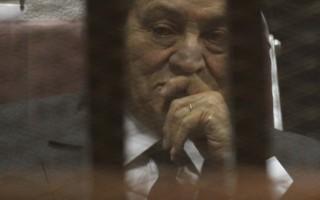 埃及前总统穆巴拉克在大规模抗议活动被赶下台3年后,5月21日被法院以挪用公款、贪污案判处有期徒刑3年,他的两名儿子也因同一罪名各被判处4年徒刑。图为5月21日,穆巴拉克在法庭上。(AFP)