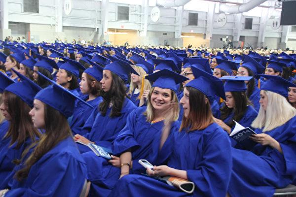 5月22日,纽约州立大学时装技术学院第69届毕业典礼。(王依澜/大纪元)