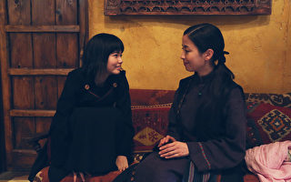 宮澤里惠(右)演出琪琪媽媽的角色,她讚小芝風花(左)有大將之風。(華映提供)