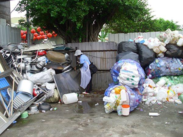 高市卫生局人员执行资源回收业病媒蚊查核。(高市府提供)