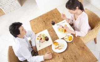 早餐晚點吃,晚餐早點吃,避開脂肪囤積時間,怎麼吃都不胖。(Fotolia)