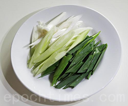 鸭赏拌上自备的蒜苗,风味更佳,让人口齿留香。(摄影:彩霞/大纪元)
