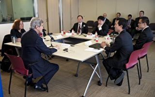 4名大陸網民15日請求美國國務卿凱瑞(左2)幫助推倒中國的網路防火長城。(AFP)