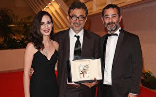 2014年5月24日,土耳其导演努里•比格•锡兰(中)凭借《冬眠》获第67届戛纳影展金棕榈大奖后,与两位主演梅丽莎•索岑(左)和艾贝尔克•贝克詹合影。(Tim P. Whitby/Getty Images)
