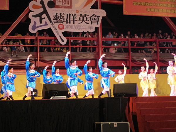 蔦松國中舞蹈班表演的「舞耀新紀元」。(廖素貞/大紀元)