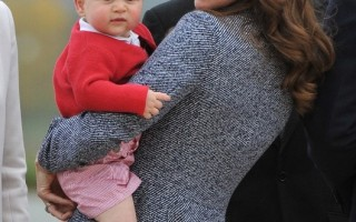 就像乔治王子,长著胖乎乎的脸颊、小下巴、蒜头鼻、大眼睛、红润的肤色,是评判孩子可爱度的关键。图为2014年4月25日,英国威廉王子与妻子凯特和他们的儿子乔治王子对新西兰和澳大利亚进行为期三周的访问。(AFP PHOTO/ MARK GRAHAM /POOL)