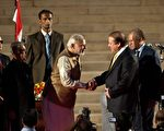 2014年5月26日,新宣誓就职的印度总理莫迪(左)在仪式后与巴基斯坦总理谢里夫握手。(PRAKASH SINGH/AFP/Getty Images)