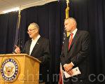5月26日,聯邦參議員舒默(左)呼籲為聯邦「打擊販毒資金」增加1億元資金。(王依瀾/大紀元)
