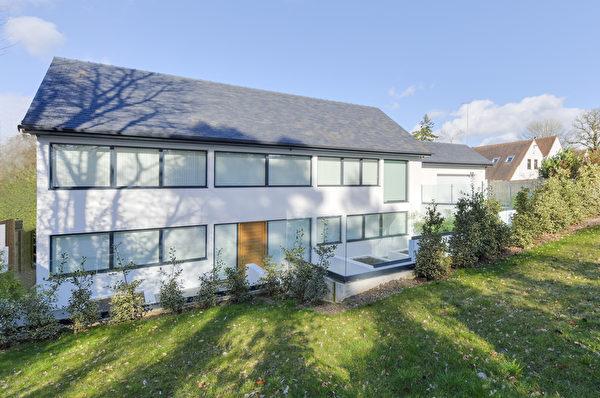 价格:260万英镑 六卧室独立洋房、超级现代住宅、总面积5000平方尺、4/5间会客室、气派走廊及门厅、占地1英亩。(开发商提供)