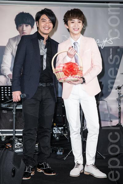 歌手邱锋泽(右)27日在台北举办专辑发片满月庆功记者会,同乡前辈阿杜(左)送红蛋塔祝贺。(陈柏州/大纪元)